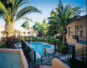 (c) Fairmont Hotels & Resorts